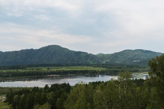 Lago manzherok en altai.