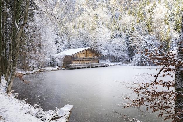 El lago de montaña aislado se congela en el invierno y crea momentos mágicos.