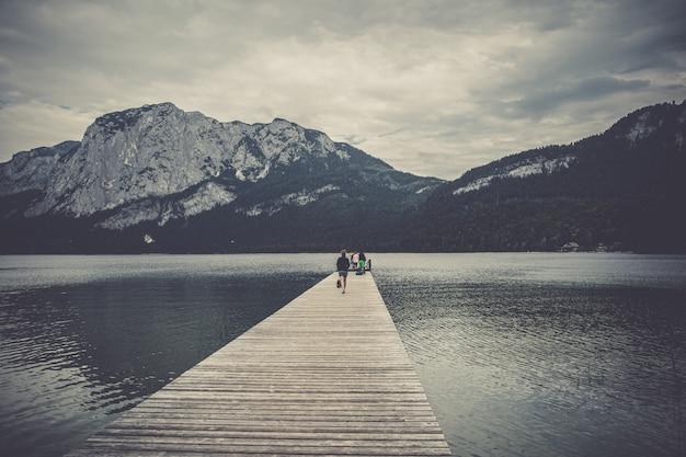 Lago de montaña en los alpes austríacos. hermosa vista de la superficie del agua y botes flotantes y kayaks