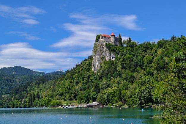Lago de montaña bled y bledsky castillo. paisaje de verano