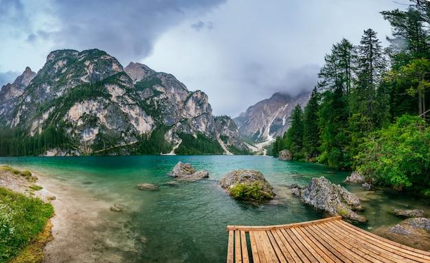 Lago de montaña entre montañas