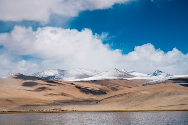 Lago y montaña pangong en leh ladakh, india