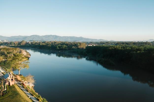 Lago y montaña en tailandia
