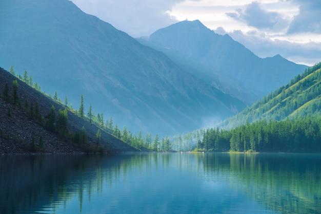 Lago de montaña en las tierras altas en la madrugada.