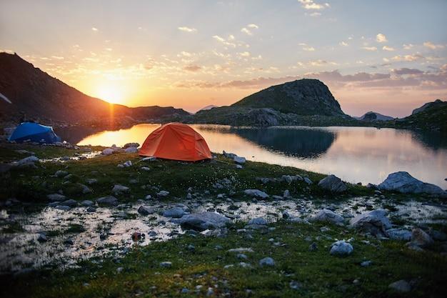 Lago montañas del cáucaso en verano, el derretimiento de la cresta glaciar arkhyz sofia lago. hermosas montañas altas de rusia, agua helada clara. verano en las montañas, caminata. fabuloso paisaje y cielo azul