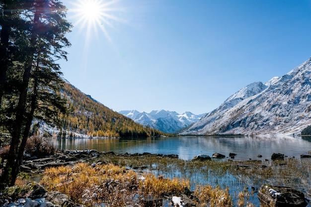 Lago en las montañas. superficie sin rizar. invierno