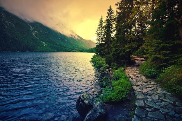 Lago en las montañas.