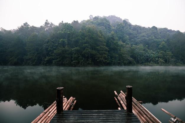 Lago en pang ung (embalse de pang tong), provincia de mae hong son, tailandia