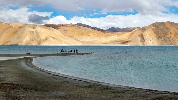 Lago pangong con montaña y cielo azul, leh ladakh, india