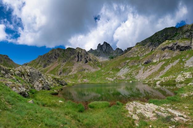 Lago de ponteranica con la montaña valletto. valle brembana. bérgamo italia