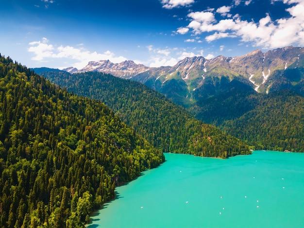 Lago ritsa en las montañas del cáucaso, abjasia. hermoso paisaje de verano. vista aérea de drones. destino de viaje famoso