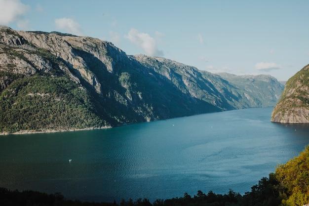 Lago rodeado de paisaje rocoso