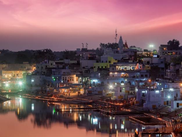 Lago sagrado puskhar y ghats de la ciudad de pushkar en la noche