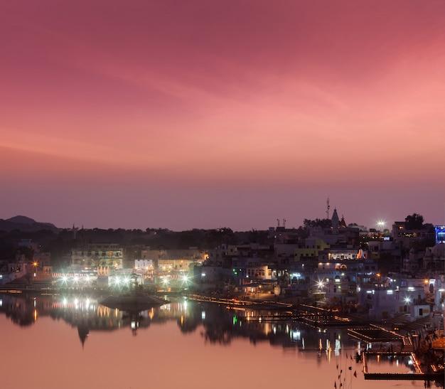 Lago sagrado puskhar (sagar) y ghats de la ciudad de pushkar en twilig