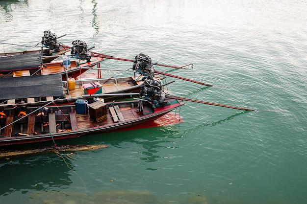 Lago de la selva tropical tailandesa cheo lan barco de madera, montañas salvajes naturaleza parque nacional barco yate rocas motor