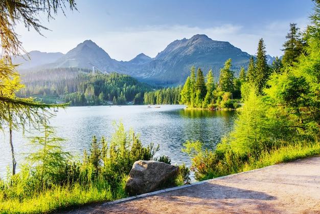 Lago strbske pleso en la montaña de los altos tatras, eslovaquia