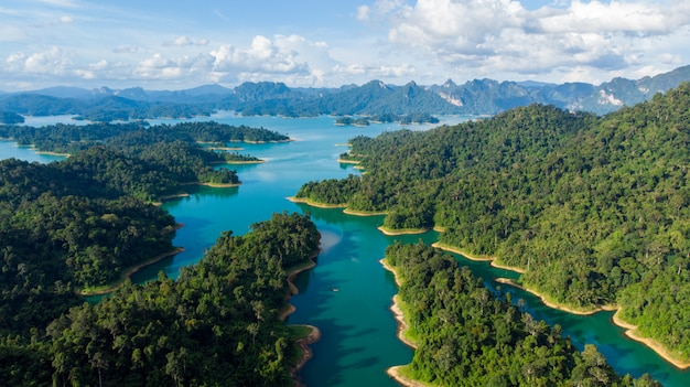 Lago sunligh montaña rajjaprabha dam (chiao lan dam), provincia de surat thani, tailandia