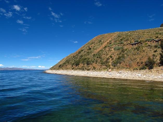 Lago titicaca en los andes, bolivia