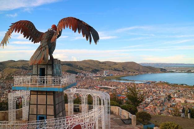 El lago titicaca y la ciudad de puno vistos desde el punto de vista de la colina condor, perú