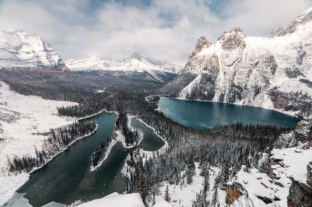 Lago en tormenta fuerte en el parque nacional