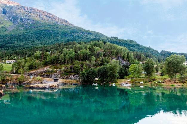 Lago tranquilo cerca del paisaje de montaña.