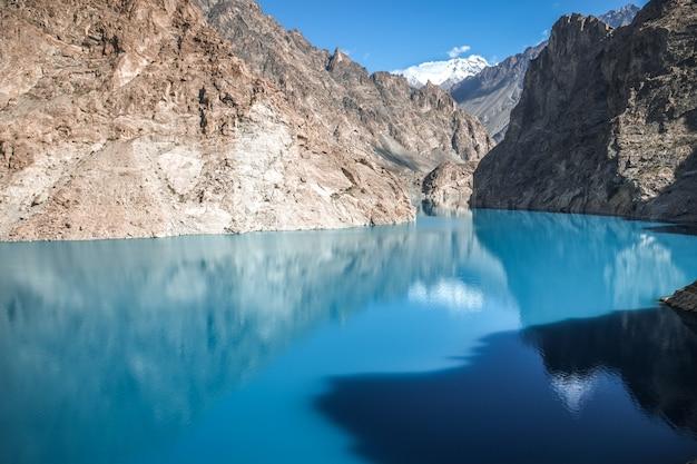 Lago turquesa de attabad en el valle de gojal, hunza. gilgit baltistan, pakistán.