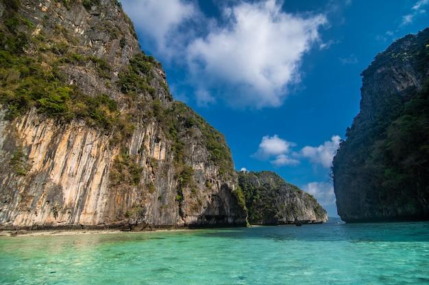 Laguna azul de pileh en la isla de phi phi, tailandia.