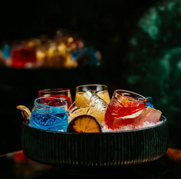 Laguna azul, sangría y limonada en vasos dentro de la bandeja de hielo.