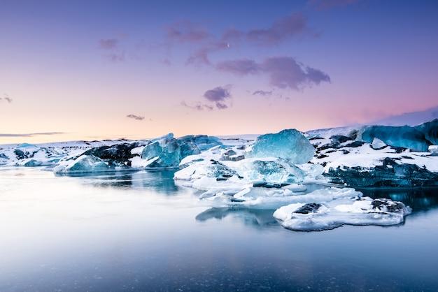 Laguna glaciar jokulsarlon al atardecer, islandia