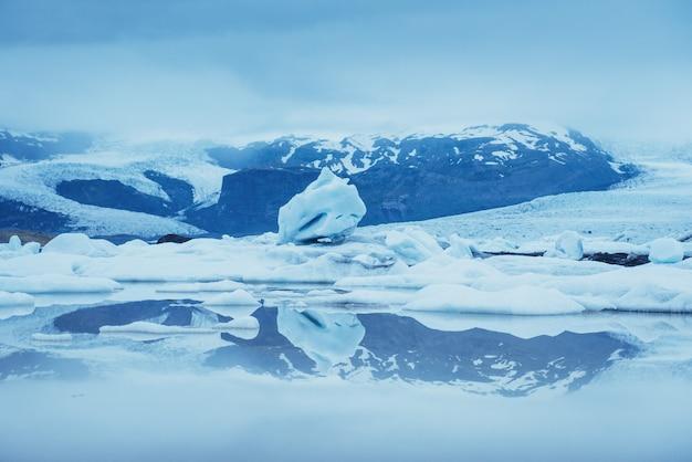 Laguna glaciar jokulsarlon, fantástica puesta de sol en la playa negra, islandia
