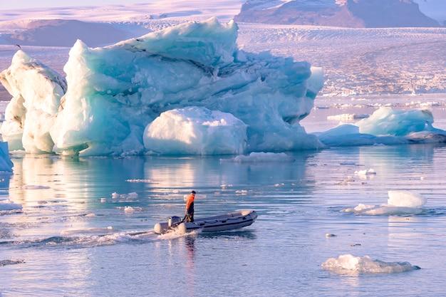 Laguna del glaciar jokulsarlon en islandia. icebergs azules y barco turístico en el agua del lago. paisaje natural del norte en el parque nacional vatnajokull