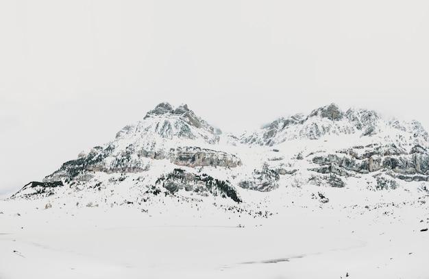 Laguna helada de piedrafita en los pirineos españoles