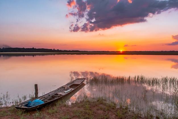 Laguna de reflexión al atardecer. hermosa puesta de sol detrás de las nubes y el cielo azul sobre el paisaje de la laguna
