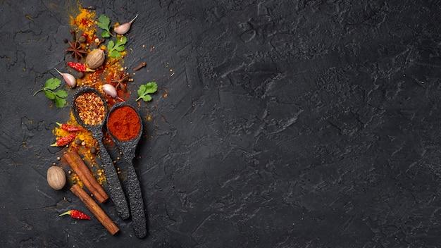 Laicos planos de especias de comida asiática se mezclan con espacio de copia