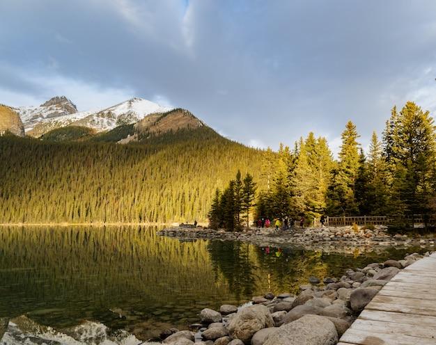 Lake louise con bosque de pinos en el parque nacional banff, alberta, canadá