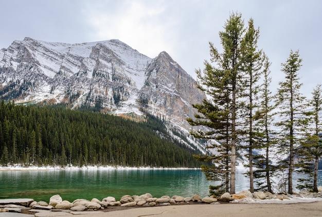 Lake louise en vista de la mañana en el parque nacional banff, alberta, canadá