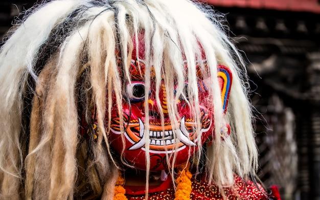 Lakhey enmascara la danza cultural en katmandú, nepal.