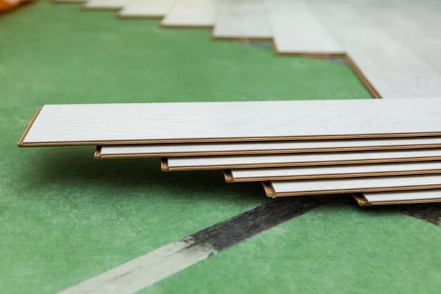 Laminados de madera blanca en el suelo.