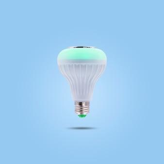 Lámpara de ahorro de energía led de color verde 230v aislada sobre fondo de color azul pastel.