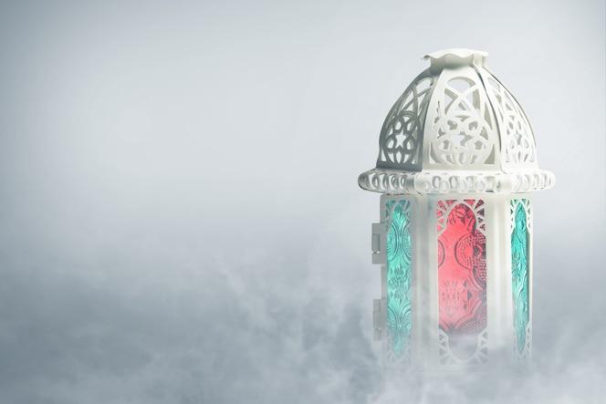 Lámpara árabe con luz de colores con fondo de niebla