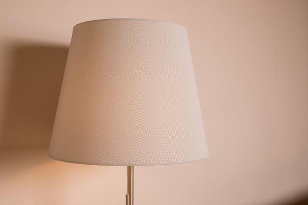 Lámpara beige sobre fondo beige