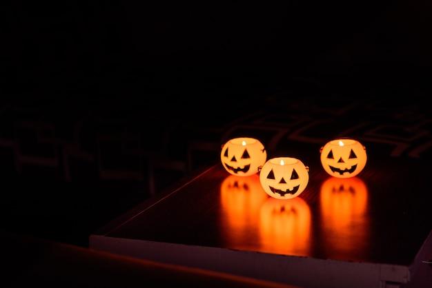 Lámpara de calabaza de halloween, linterna de calabaza en la noche