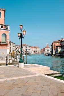 Lámpara en la calle en el gran canal en el centro de venecia.