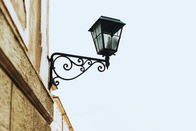 Lámpara de calle negra vieja en un edificio europeo.