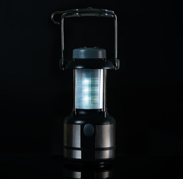 Lámpara de camping aislada sobre fondo blanco con espacio de copia de texto. linterna led eléctrica con brújula y mango