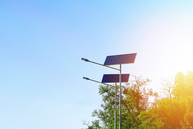Lámpara de células solares sobre fondo de cielo