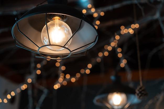 Lámpara colgando afuera en la oscuridad