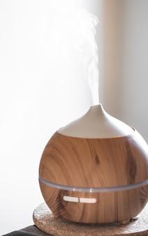 Lámpara difusora de aceite aromático sobre una mesa. concepto de aromaterapia y salud.