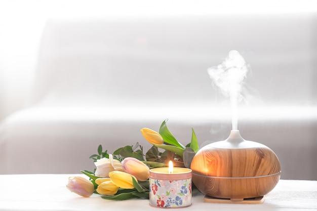 Lámpara difusora de aceite aromático sobre la mesa.