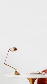 Lámpara de escritorio en mesa de mármol
